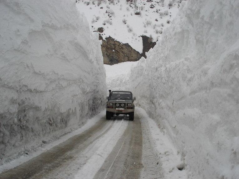 Три машины заблокированы из-за схода лавин на Транскаме