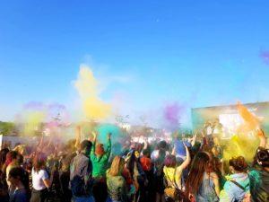 Синими, желтыми, красными: во Владикавказе прошел фестиваль красок