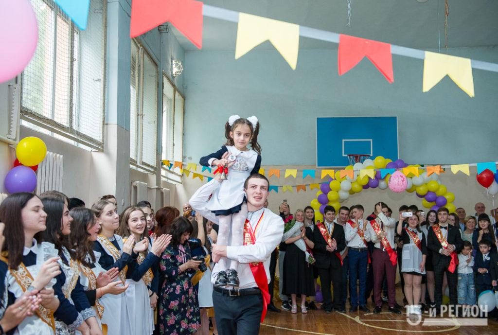 Последний звонок прозвучал для учеников СОШ №13 имени К.Л. Хетагурова