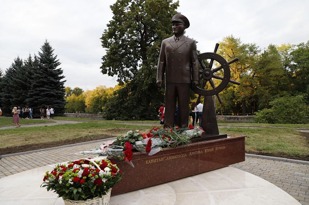 Во Владикавказе открыли памятник Юрию Кучиеву