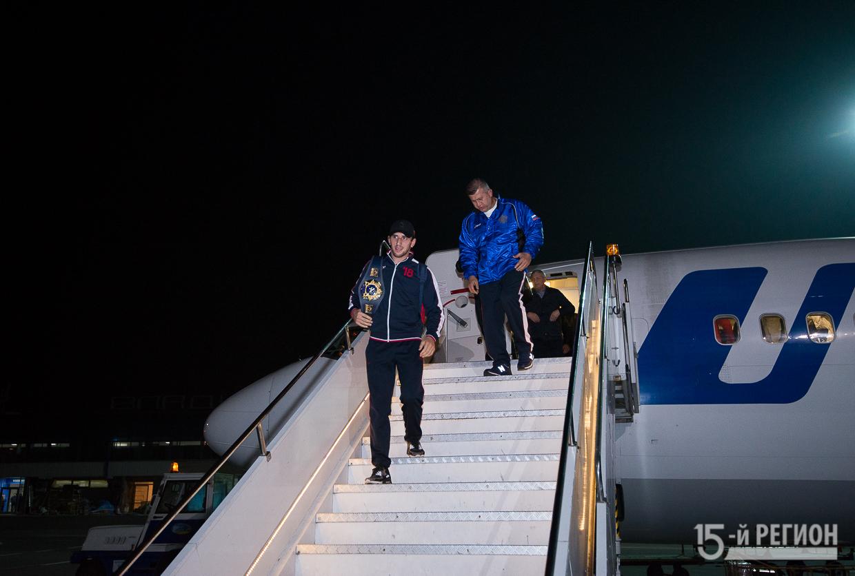 Болельщики встретили в аэропорту чемпиона мира по вольной борьбе Заурбека Сидакова
