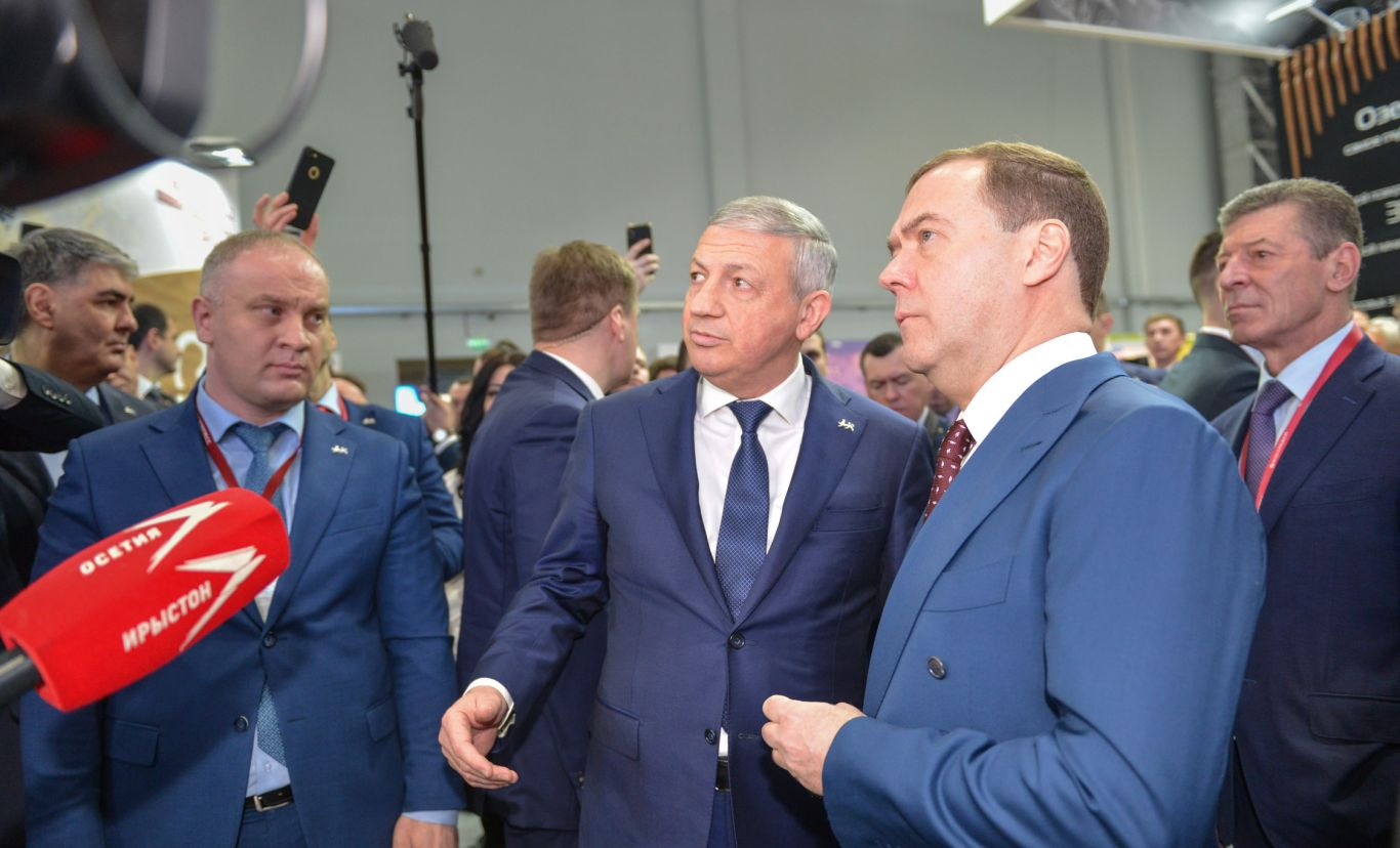 Дмитрий Медведев ознакомился с инвестиционным потенциалом Северной Осетии на форуме в Сочи
