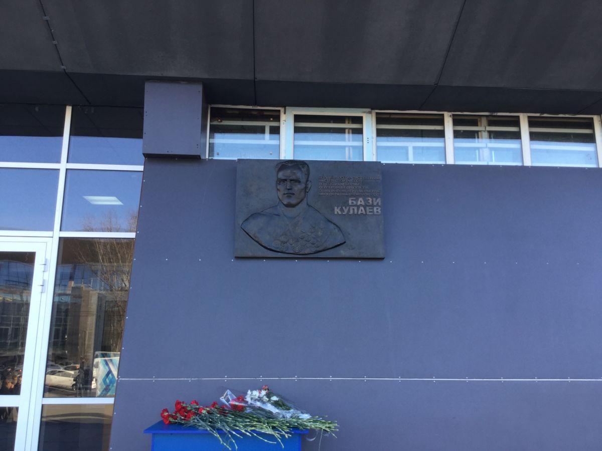 Во Владикавказе открыли мемориальную доску первому осетинскому Олимпийскому призеру Бази Кулаеву