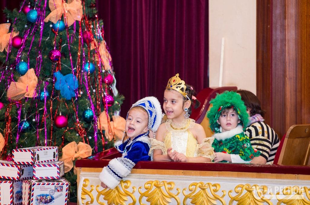 На сцене Русского театра открыли традиционную Елку главы и показали сказку Конек-Горбунок