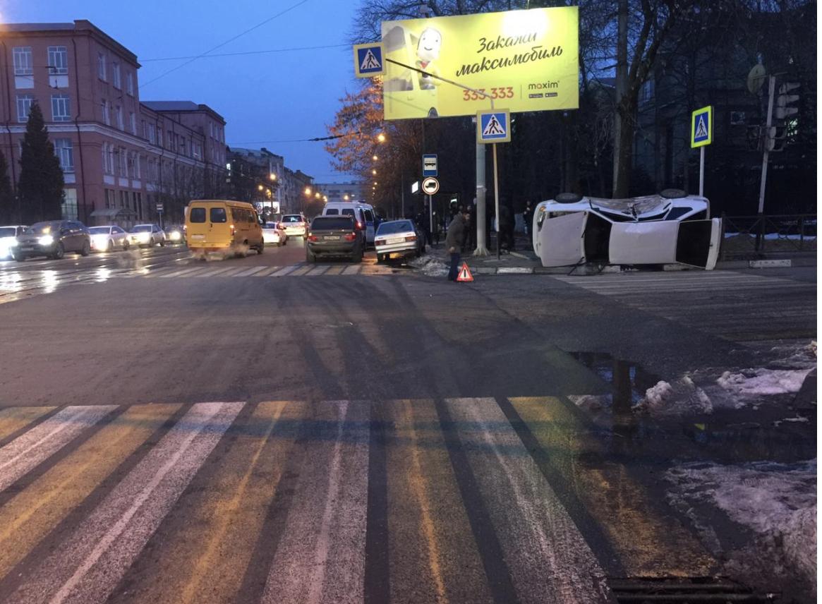 Во Владикавказе в результате ДТП перевернулся автомобиль