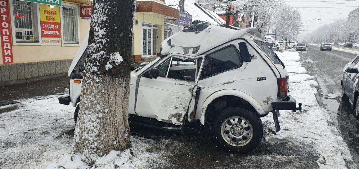 Во Владикавказе автомобиль врезался в дерево