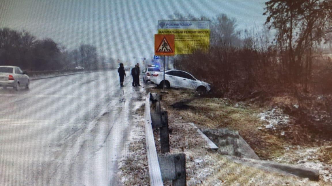 В результате ДТП на трассе Владикавказ-Алагир автомобиль выкинуло на обочину