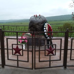 Юным и храбрым: в Дур-Дуре установили памятник ушедшим на фронт девятиклассникам