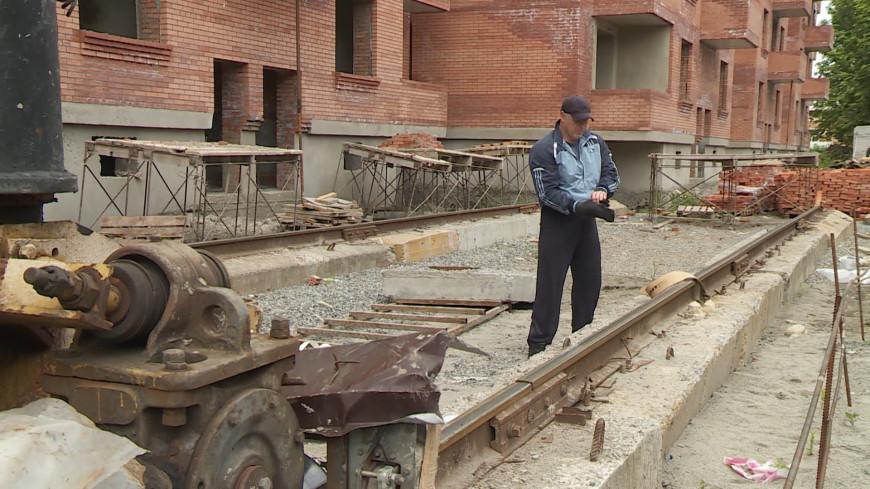Силач из Северной Осетии протащил подъемный кран весом 70 тонн