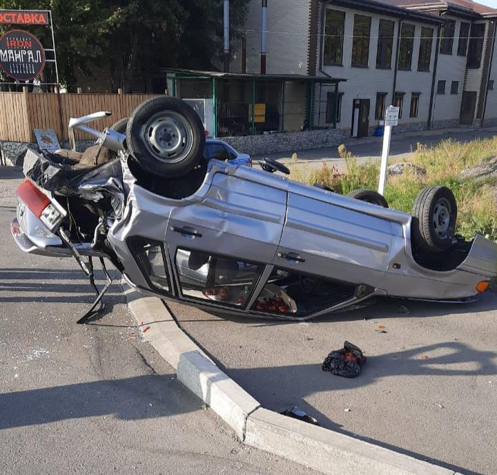 Во Владикавказе перевернулся легковой автомобиль