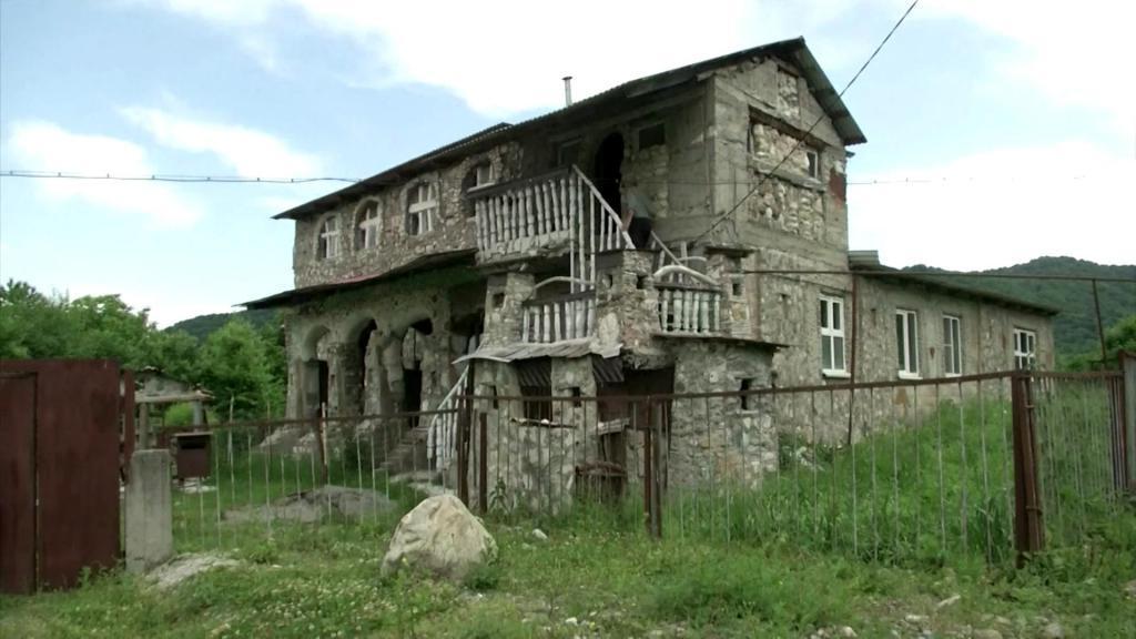70-летний Павел Гацоев 20 лет строил своими руками дом мечты из камня
