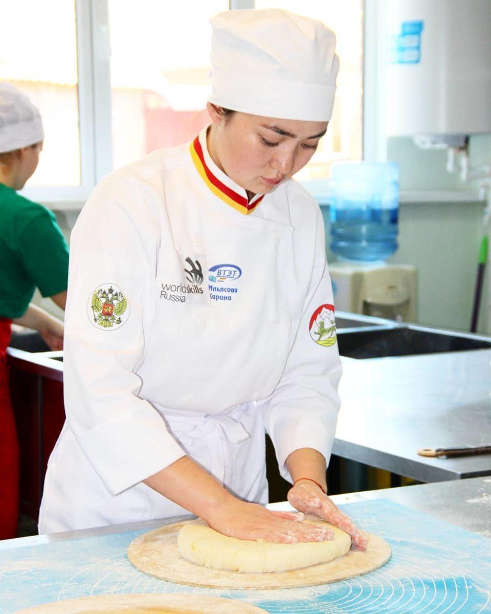 Студентка Карина Ильясова стала лучшей в России по выпечке осетинских пирогов