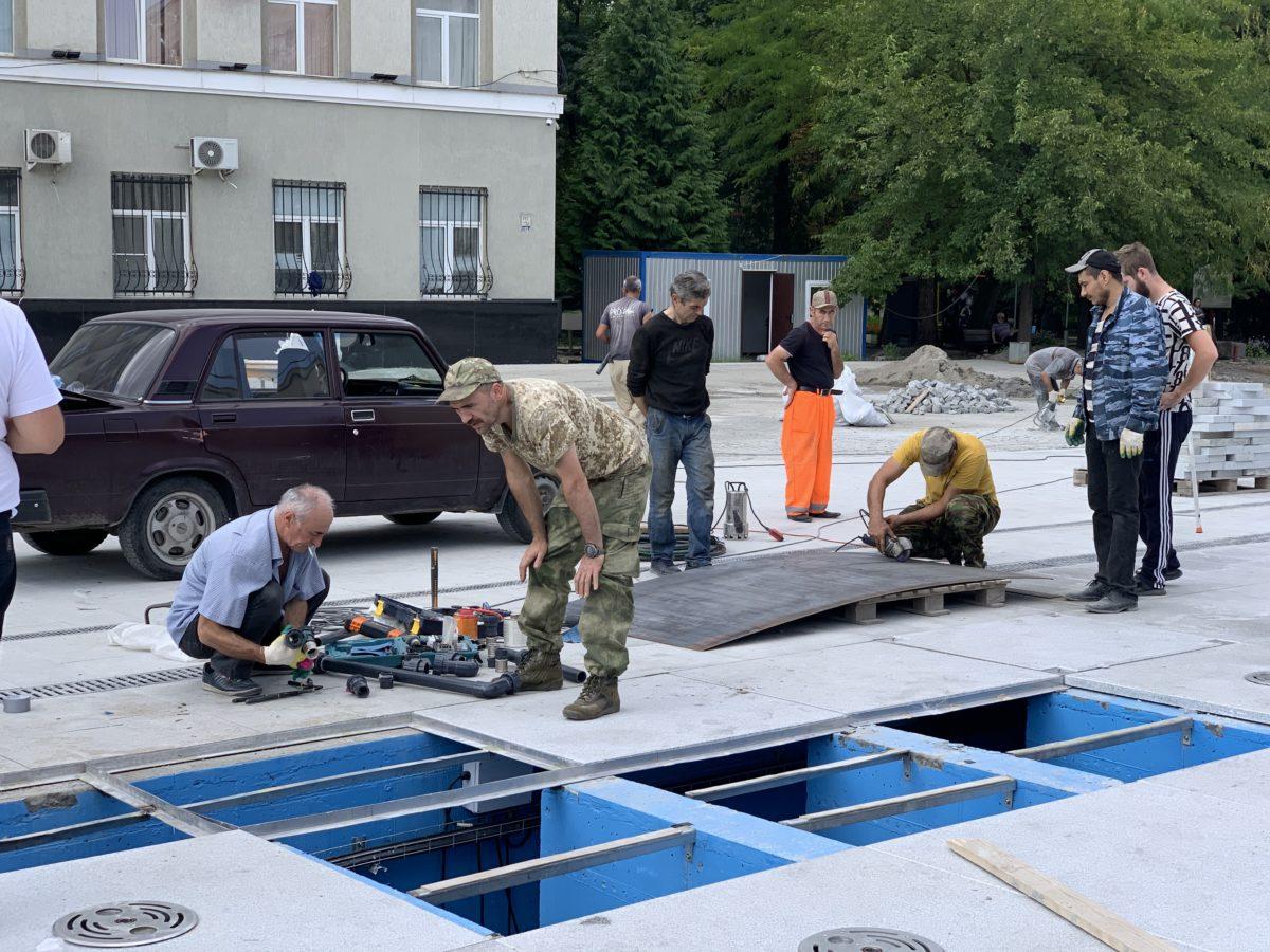 На площади Свободы ведутся работы по ремонту поврежденного фонтана