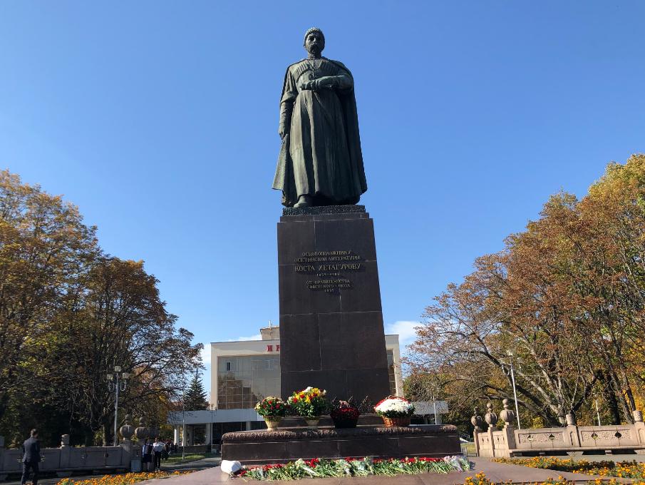Во Владикавказе возложили цветы к памятнику Коста Хетагурову