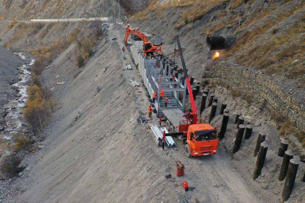 Противолавинную галерею на Транскаме защищают подпорными стенами