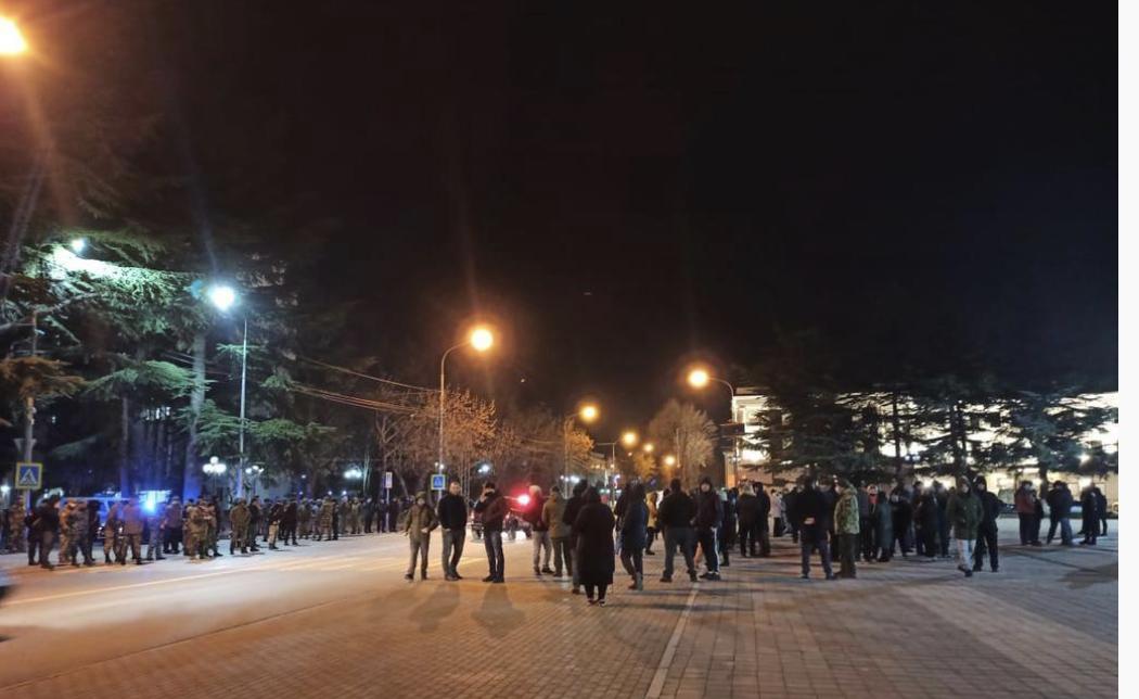 Семья Инала Джабиева вышла на акцию протеста в Цхинвале
