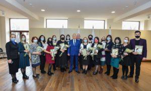 Вячеслав Битаров наградил лауреатов премии за лучшую журналистскую работу
