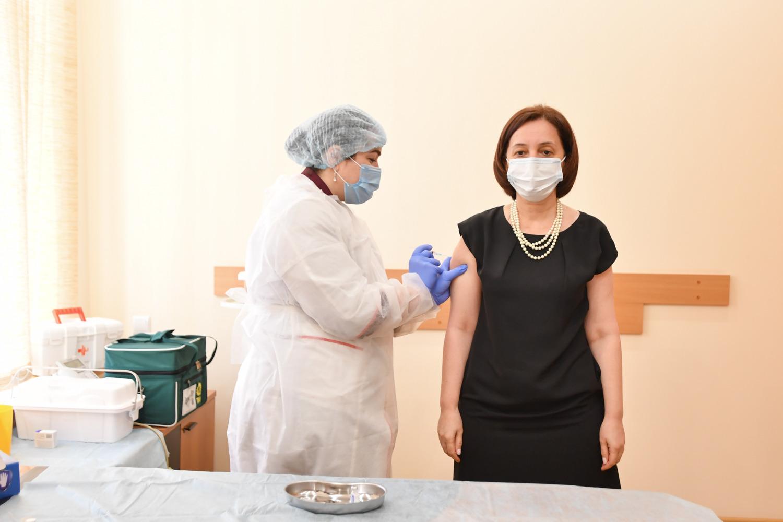 Вице-премьер правительства республики сделала прививку от коронавируса