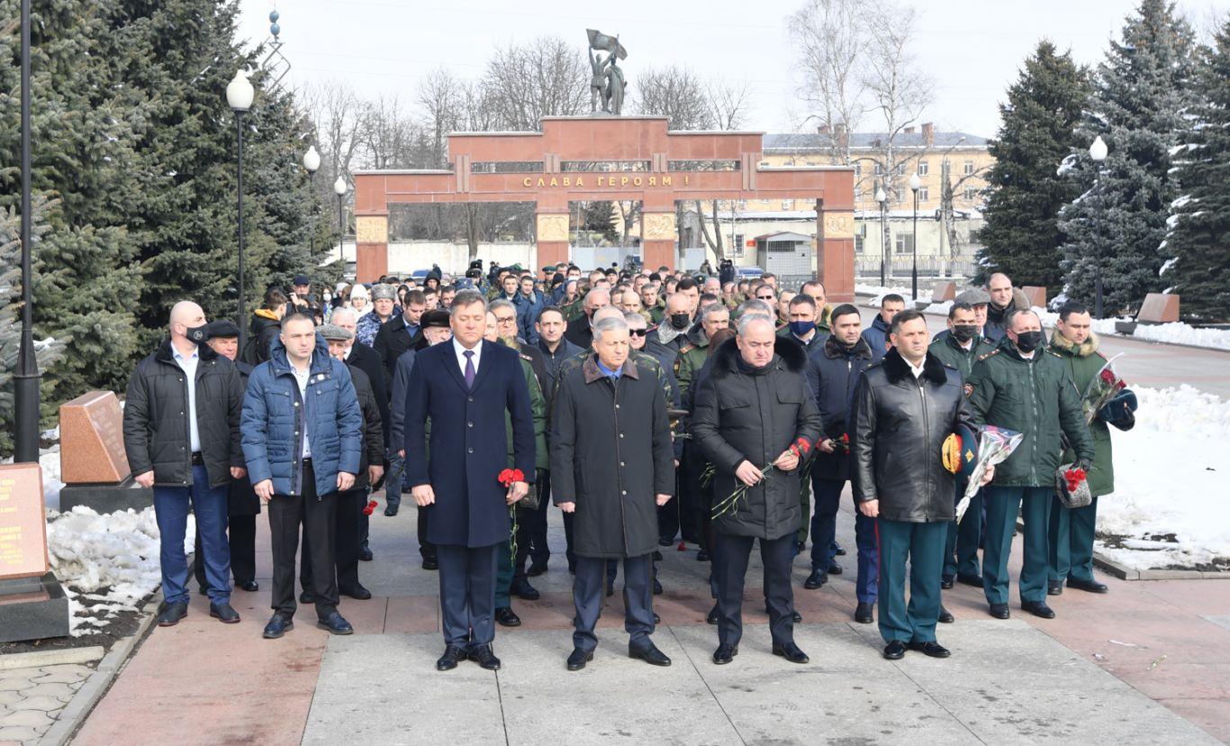 В Северной Осетии возложили цветы к могилам ветеранов и защитников Отечества
