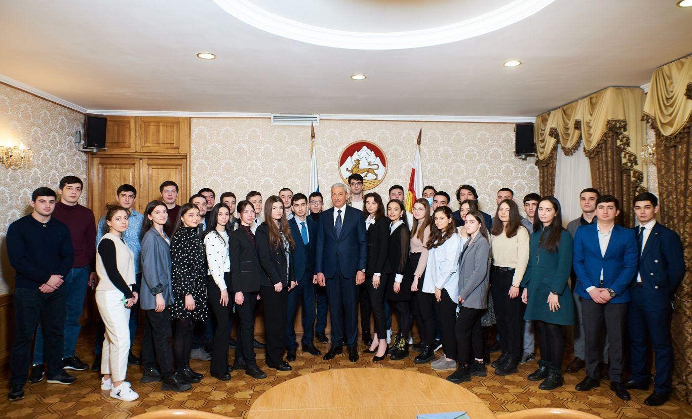Полпред Борис Джанаев познакомился с первокурсниками московских вузов