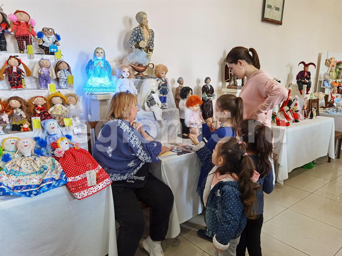 На выставке кукол во Владикавказе представлено более 500 работ