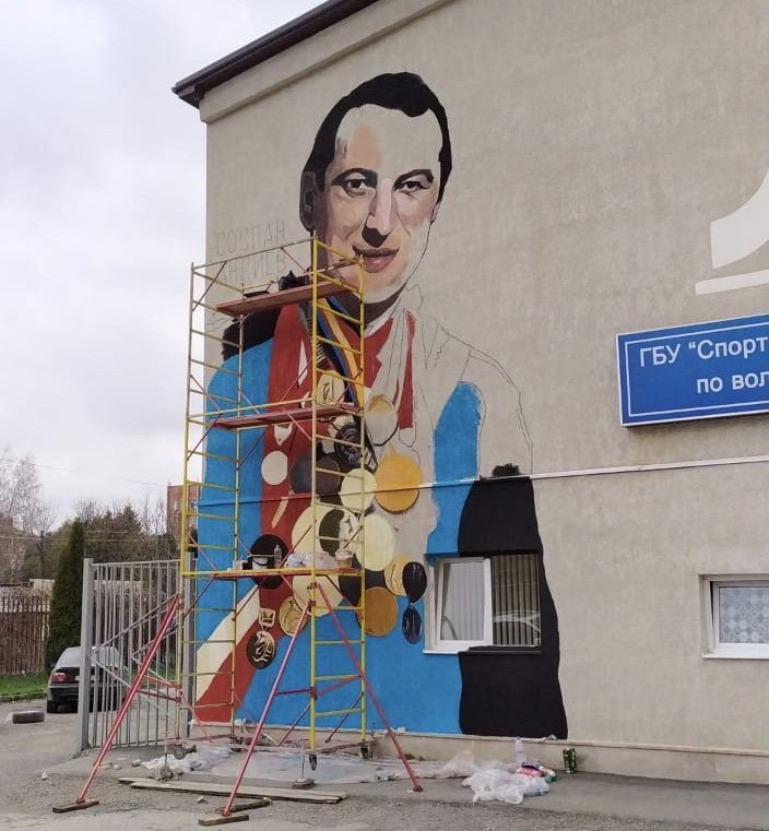 На фасаде здания школы олимпийского резерва по вольной борьбе появился портрет Сослана Андиева