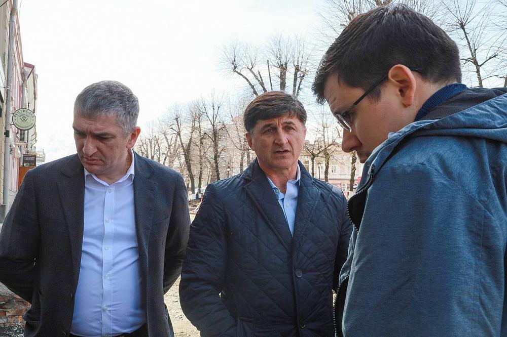 Тамерлан Фарниев проверил ход работ на проспекте Мира