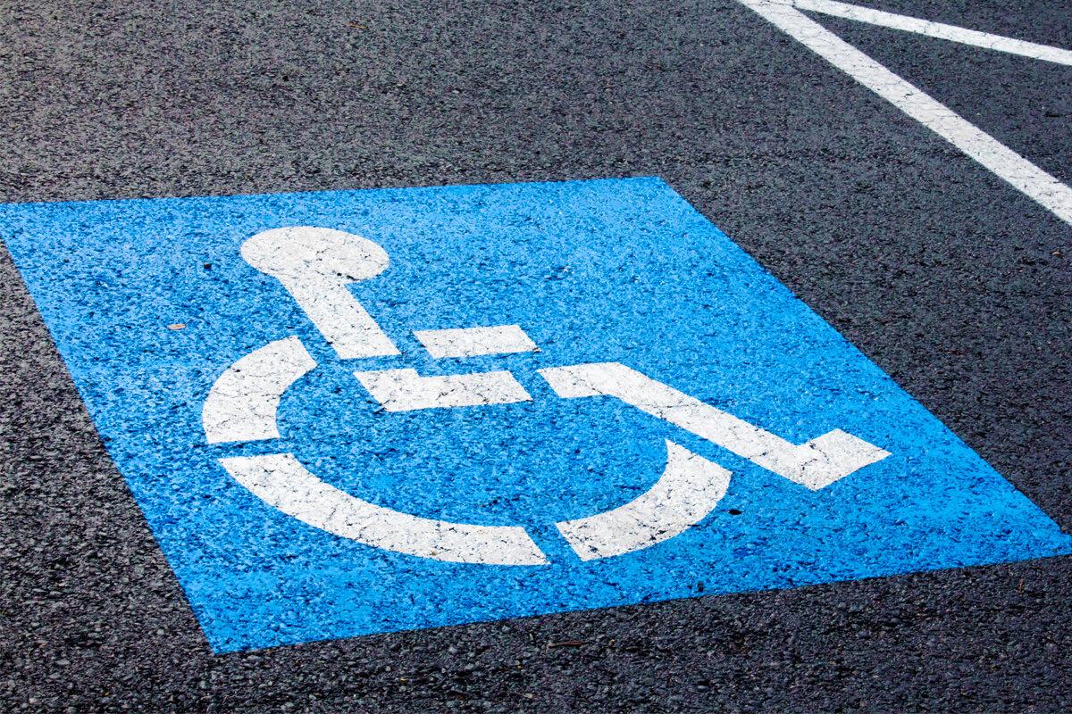 Инвалиды смогут бесплатно пользоваться любыми местами на парковке