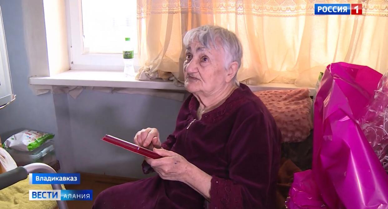 Дочери легендарного Хаджи-Умара Мамсурова вручили юбилейную медаль Сталина