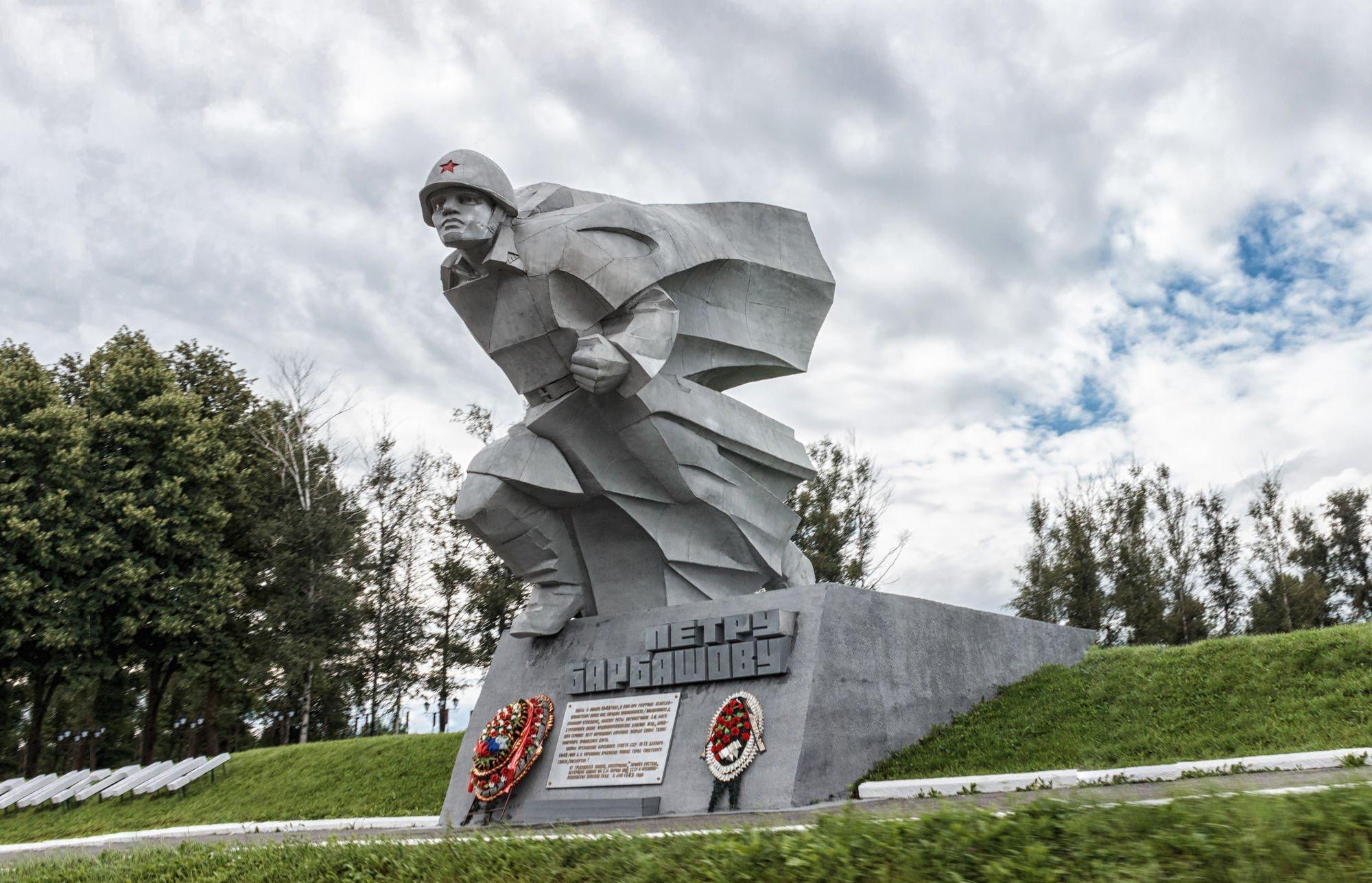 Показ патриотических фильмов начался на мемориальном комплексе «Барбашово поле»