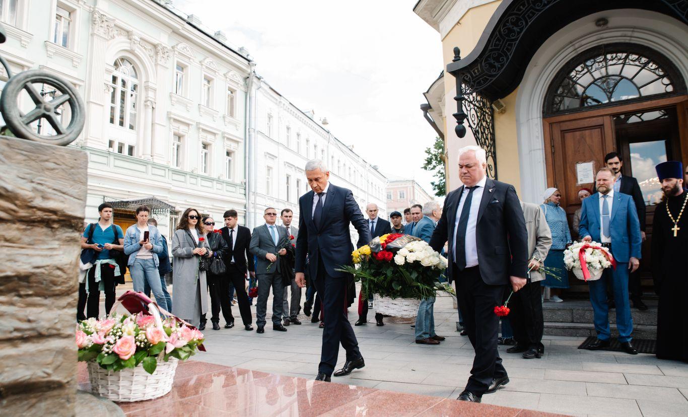 В День защиты детей в Москве почтили память погибших в бесланском теракте
