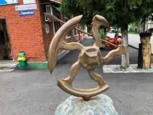 Скульптуры из камня и дерева в национальном стиле украсили одну из улиц Владикавказа