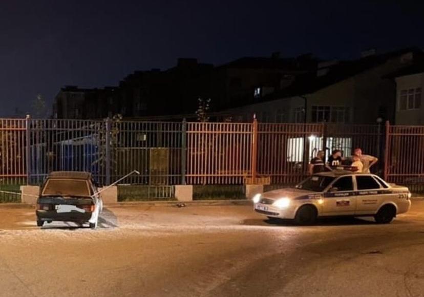 Во Владикавказе автомобиль врезался в ворота детского сада