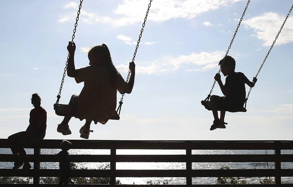 В России начинают перечислять единовременные выплаты на детей школьного возраста