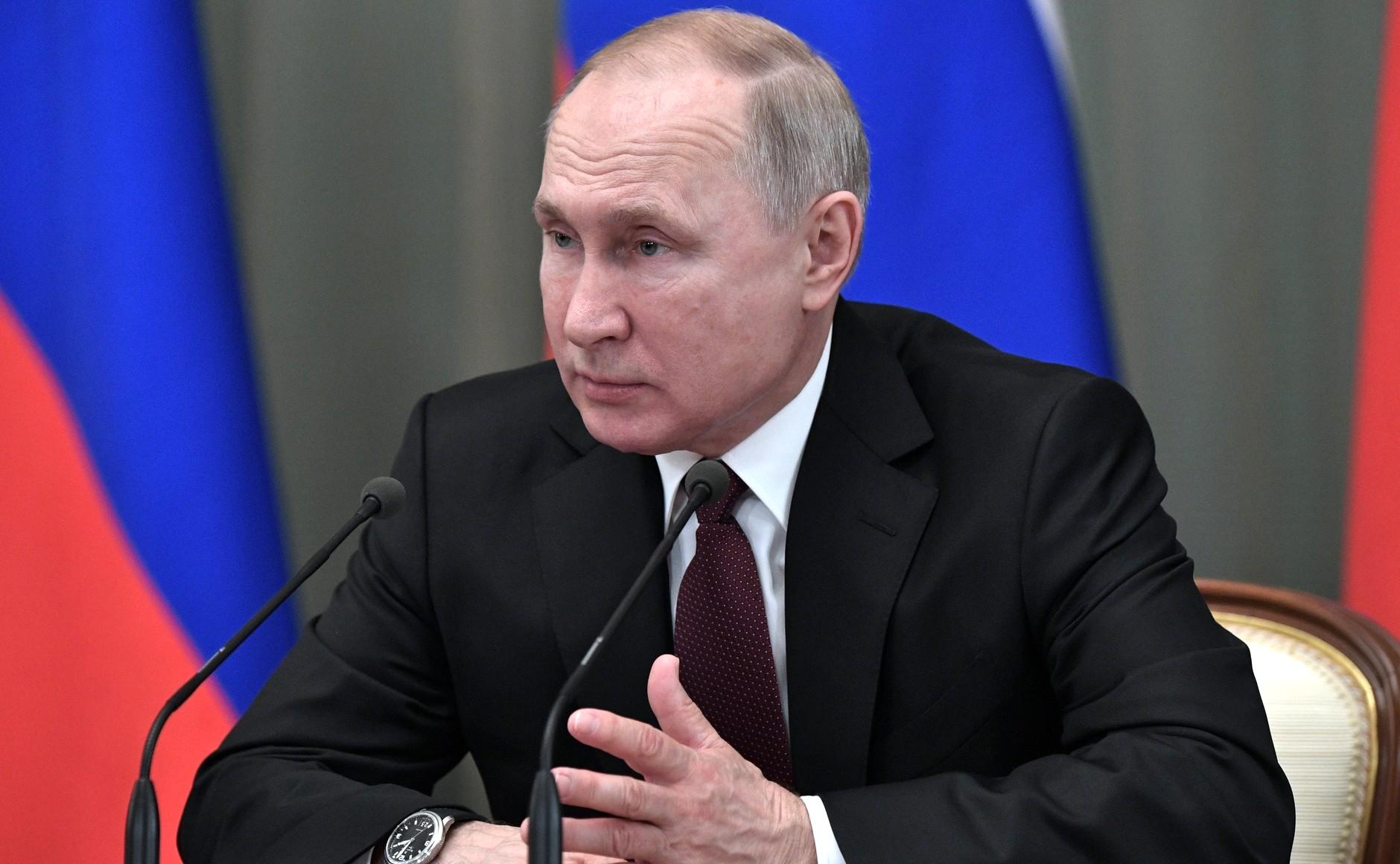 Владимир Путин призвал выплатить пенсионерам по десять тысяч рублей, военным — по 15