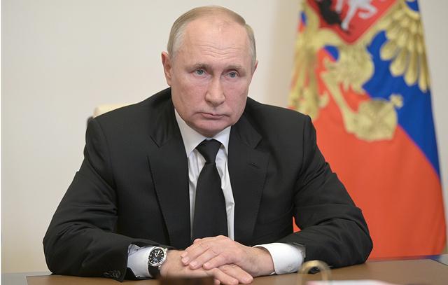 Путин поручил продумать совершенствование системы оплаты труда учителей